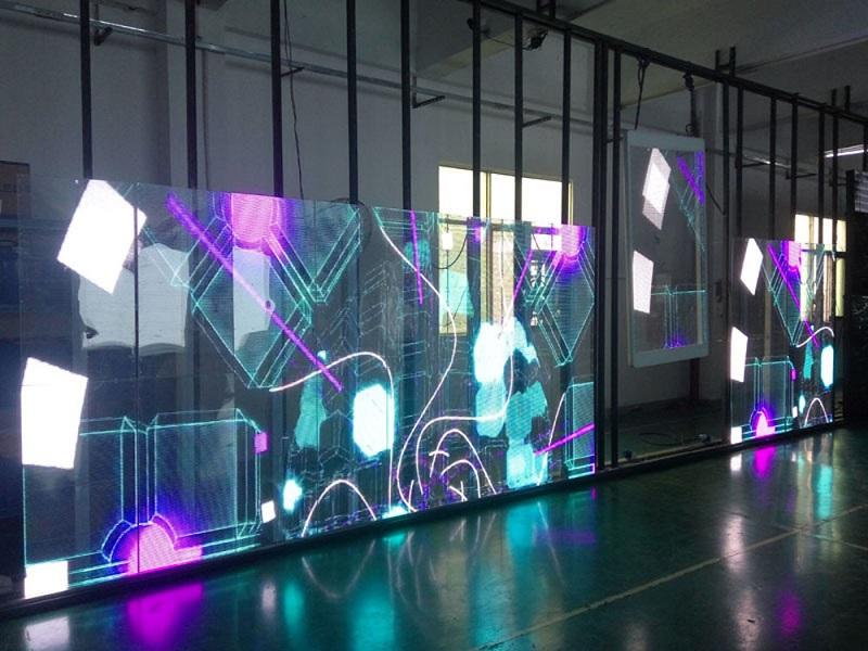 Màn hình LED trong suốt thu hút mọi người bởi sự mới lạ